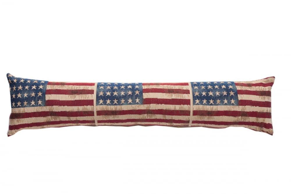 Длинная подушка с американскими флагами Подушки<br>Американские флаги по всей длине этой декоративной <br>подушки — незаурядное и яркое дизайнерское <br>решение в стиле постмодерн. Слегка приглушенные <br>тона ткани с эффектным ретро-оттенком выигрышно <br>преобразят современный интерьер холлов, <br>гостиных и даже кухни, придавая ему динамику <br>и стиль. Подушка также будет отличным сувениром <br>и оригинальным подарком.<br><br>Цвет: разноцветный, синий, красный<br>Материал: 62% полиэстер, 38% хлопок. Обратная сторона <br>Вес кг: 0,6<br>Длина см: 90<br>Ширина см: 20<br>Высота см: 14