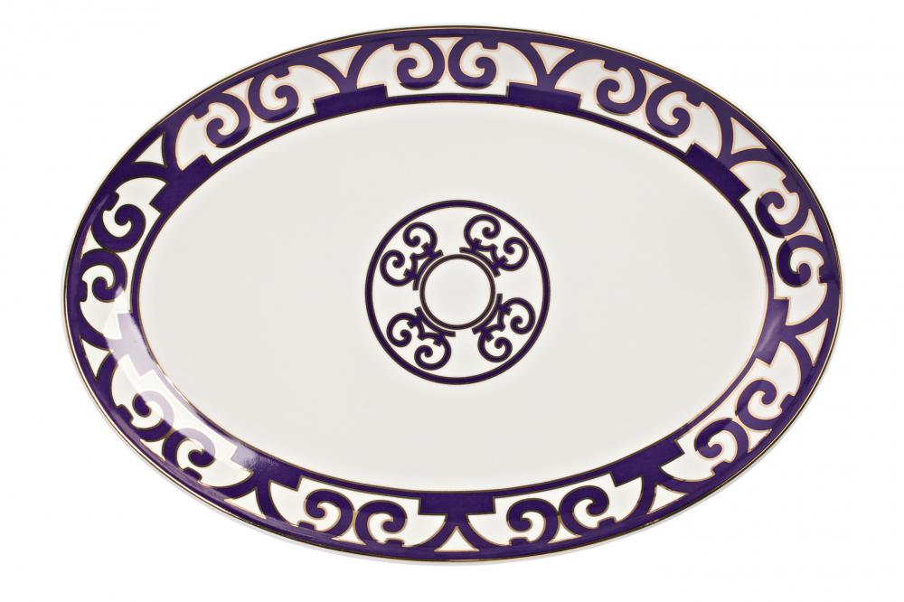 Овальное блюдо Violet Dreams БольшоеБлюда<br>Большое овальное блюдо из серии «Фиолетовые <br>сны» идеально подойдет для подачи всевозможных <br>салатов, нарезок и закусок. Блюдо выполнено <br>из тончайшего костяного фарфора, великолепный <br>орнамент из причудливо переплетенных линий <br>придает ему восточный колорит и загадочность. <br>Вы можете приобрести его как отдельный <br>предмет сервировки, а также в комплекте <br>с другими предметами серии «Violet Dreams».<br><br>Цвет: Белый, Фиолетовый<br>Материал: Костяной фарфор<br>Вес кг: 0,3<br>Длина см: 37<br>Ширина см: 26<br>Высота см: 1,5