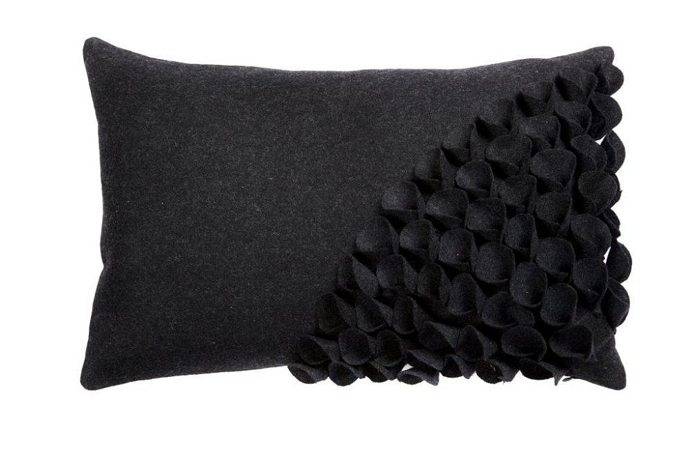 Подушка с объемным узором Alicia Dark GrayПодушки<br>Кашемировая темно-серого, почти черного, <br>цвета подушка, с объёмной накладной отделкой <br>и мягким упругим наполнителем, подойдет <br>для подарка и в качестве дополнения к пресыщенно-яркому <br>декору интерьера.<br><br>Цвет: Чёрный<br>Материал: Кашемир<br>Вес кг: 0,3<br>Длина см: 30<br>Ширина см: 45<br>Высота см: 10