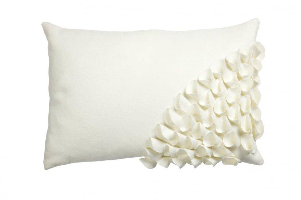 Подушка с объемным узором Alicia WhiteПодушки<br>Кашемировая, белого цвета, подушка с объёмной <br>накладной отделкой и мягким упругим наполнителем, <br>замечательно подойдет для подарка и в качестве <br>декора.<br><br>Цвет: Белый<br>Материал: Кашемир<br>Вес кг: 0,3<br>Длина см: 30<br>Ширина см: 45<br>Высота см: 10