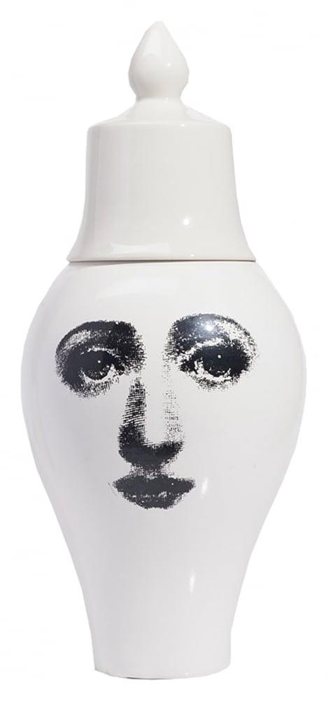 Декоративная ваза Пьеро Форназетти Lentel  Big DG-HOME Декоративная ваза Lentell Big, изготовленная  из тончайшего фарфора, станет прекрасным  дополнением вашего безупречного интерьера.  Созданная под вдохновением творчества  великого итальянского художника Пьеро  Форназетти (Piero Fornasetti) (его коллекции «Лица»)  и посвященная талантливой актрисе Лине  Кавальери, непременно украсит вашу кухню  или сервант в гостиной. Превосходный чёрно-белый  рисунок в виде лица Лины не оставит равнодушным  ни одного ценителя оригинальных и роскошных  вещей. Очаровательная крышка, напоминающая  арабскую шапочку, придаёт аксессуару восточной  загадочности. Такая вазочка украсит собой  как современное, так и классическое оформление  вашего дома и привнесет в него уют, тепло  и хорошее настроение.