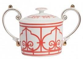 Сахарница SkarlettiСахарницы<br>Выполненная из белоснежной керамики сахарница <br>Skarletti с двумя большими ручками по всей поверхности <br>декорирована красным геометрическим орнаментом <br>в современном стиле. Сахарницу можно приобрести <br>как отдельно, так и в дополнение к другим <br>предметам этой же коллекции.<br><br>Цвет: Красный, белый<br>Материал: Костяной фарфор<br>Вес кг: 0,2<br>Длина см: 16<br>Ширина см: 10<br>Высота см: 11