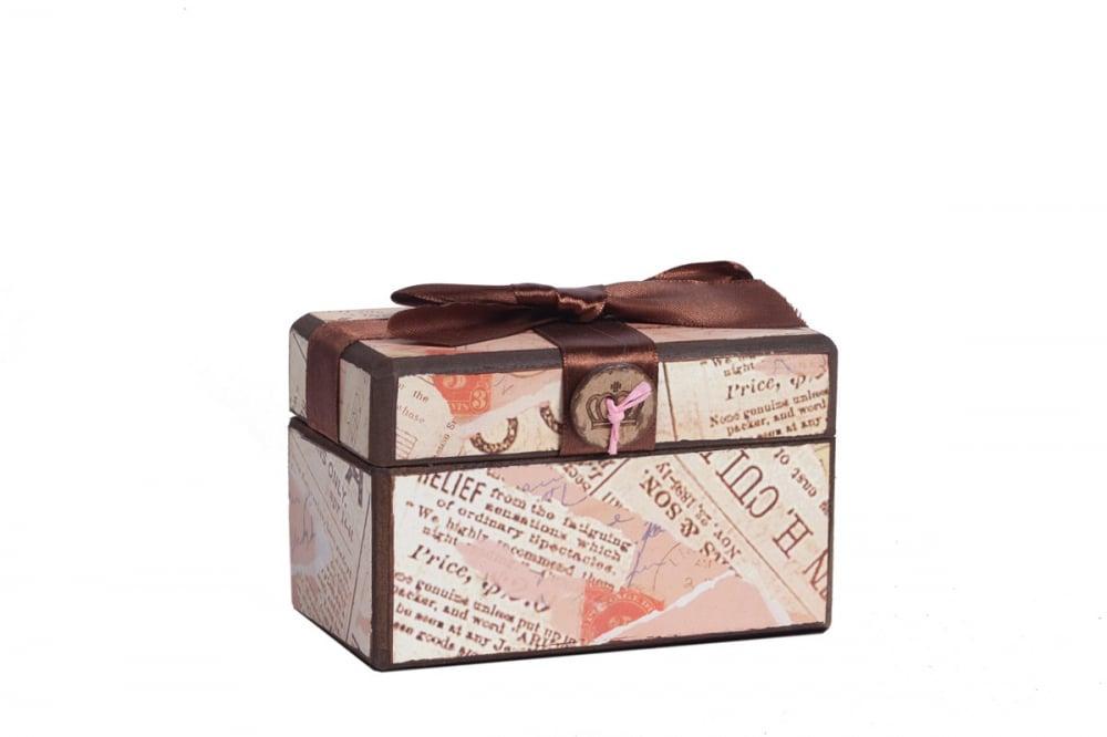 Декоративная коробка с бархатной лентой Коробки и кейсы для хранения<br>Декоративная коробка с бархатной лентой <br>Paluvras — это изысканный элемент декора вашего <br>дома, оформленного в стиле Прованс. Он изготовлен <br>из металла и МДФ с рисунком в виде различных <br>надписей, а также чудесную коричневую ленту, <br>завязанную в бант, на крышке. В таком аксессуаре <br>вы можете хранить драгоценности или дорогие <br>сердцу безделушки. Коробку можно приобрести <br>отдельно или в комплекте с изделием из той <br>же коллекции.<br><br>Цвет: Розовый<br>Материал: Металл, МДФ, Ткань<br>Вес кг: 0,2<br>Длина см: 12<br>Ширина см: 8<br>Высота см: 8