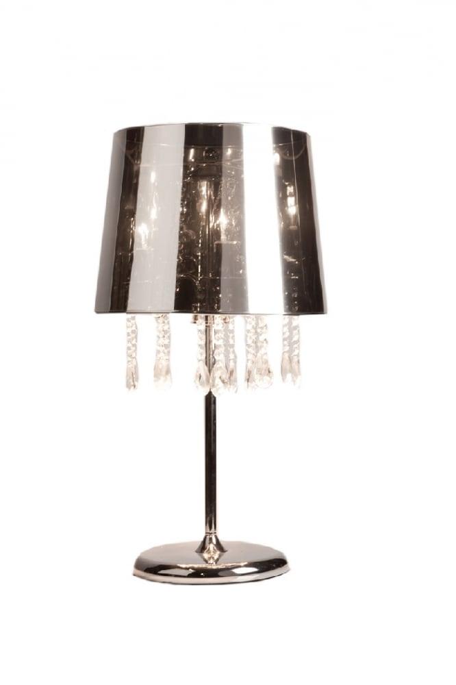 Настольная лампа Kubetso DG-HOME Стильная Настольная лампа Kubetso, которая  добавит вашей комнате гламура и блеска.  Сверкающее основание и изысканная ножка  выполнены из нержавеющей стали. Сверху  находится большой абажур цилиндрической  формы, слегка сужающийся кверху. Абажур  лампы сделан из ПВХ в цвете «металлик».  Под абажуром расположены блестящие подвески  из хрусталя. Предназначена для использования  со светодиодными лампами