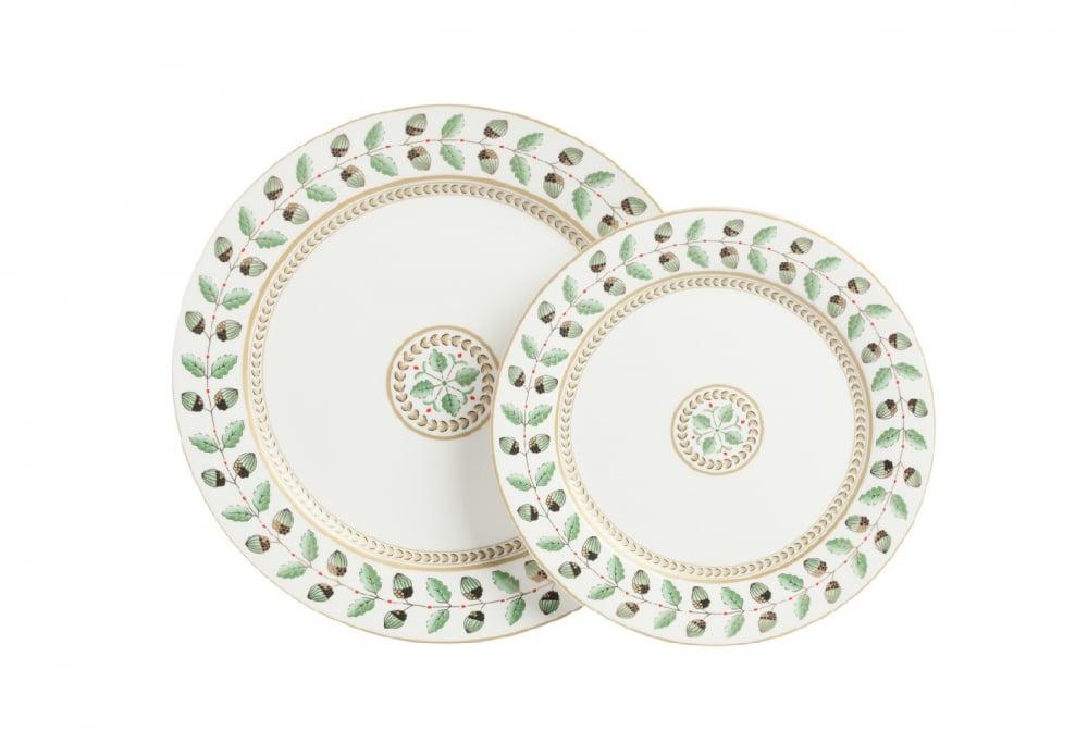 Комплект тарелок FloberКомплекты тарелок<br>Комплект тарелок Flober выполнен из костяного <br>фарфора. Край тарелки украшен цветочным <br>орнаментом в зеленом цвете. По центру тарелки <br>на белом фоне, изображён символический <br>цветок, окружённый орнаментом. Минималистичная <br>цветовая гамма придаёт тарелкам элегантность. <br>Комплект тарелок легко можно сочетать с <br>другими предметами данной коллекции, которые <br>украсят ваш стол. В комплект входят две <br>тарелки диаметром 25,5 и 20 см.<br><br>Цвет: Белый, Зелёный<br>Материал: Костяной фарфор<br>Вес кг: 0,4<br>Длина см: 25,5<br>Ширина см: 25,5<br>Высота см: 2,4