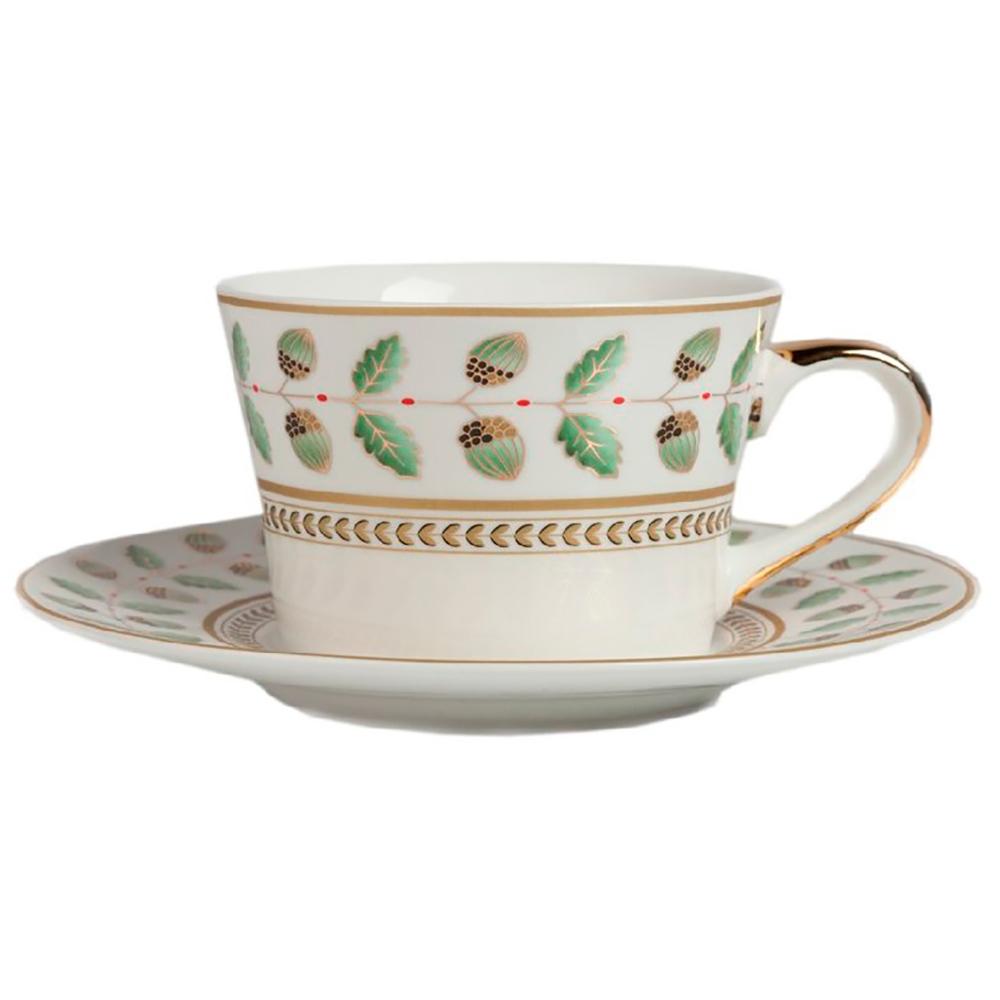 Чайная пара FloberЧайные пары<br>Желуди, дубовые листья, спокойная расцветка <br>и золотая кайма — все выдаёт тонкий вкус <br>владельца чайной пары Flober. От расцветки <br>веет теплом, спокойствием, а тонкий костяной <br>фарфор безупречно вписывается в любую сервировку <br>чаепития. Современная выпечка или класическое <br>печенье — все будет аппетитно смотреться <br>на блюдце с таким растительным орнаментом. <br>в нашем интернет-магазине также представлены <br>комплекты тарелок из коллекции Flober с таким <br>же орнаментом.<br><br>Цвет: Белый, Зелёный<br>Материал: Костяной фарфор<br>Вес кг: 0,3<br>Длина см: 11<br>Ширина см: 4<br>Высота см: 7