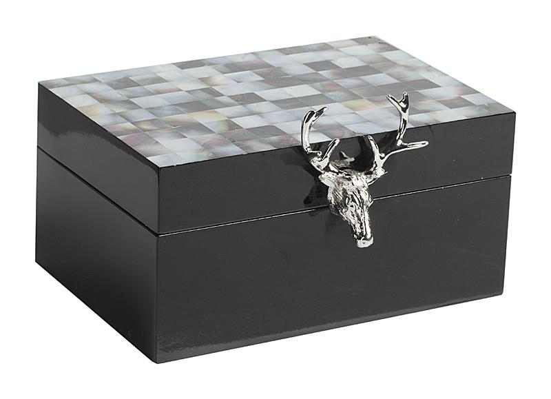 Шкатулка для украшений Cuernos Piccolo, DG-D-825B  Шкатулка для украшений Cuernos Piccolo — это уникальный  и стильный элемент декора вашего дома, а  также превосходный помощник в хранении  ценных вещей. Аксессуар изготовлен из МДФ,  имеет модный, универсальный чёрный цвет  и декорирован блестящей металлической  ручкой в виде головы оленя. Внутри вы найдете  несколько отделений, которые позволяют  удачно разложить все драгоценности, и зеркальце  для удобства при их надевании.
