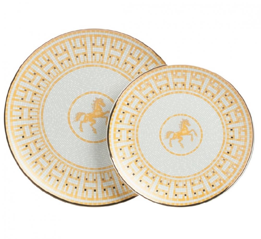 Комплект тарелок Dominion, DG-DW-470Тарелки и комплекты тарелок<br>Комплект тарелок Dominion выполнен из костяного фарфора. Края тарелок украшены орнаментом в золотом цвете. По центру тарелки на сером фоне изображена гарцующая лошадка. Комплект тарелок легко можно сочетать с другими предметами данной коллекции, которые украсят ваш стол. В комплект входят две тарелки диаметром 25,5 и 20 см.<br><br>Цвет: Белый, Золото<br>Материал: Костяной фарфор<br>Вес кг: 0.38<br>Длинна см: 27,5<br>Ширина см: 28<br>Высота см: 4