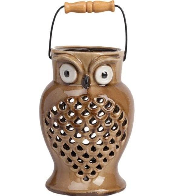 Подсвечник EpierСвечи и подсвечники<br>Очаровательный и милый подсвечник Epier поможет <br>создать атмосферу праздника в вашем доме <br>или романтический настрой, в зависимости <br>от ваших желаний. Аксессуар изготовлен <br>из керамики в виде симпатичной совы. Цветовое <br>решение позволяет украсить этим предметом <br>декора как современный, так и классический <br>интерьер. Удобная ручка поможет спокойно <br>и без проблем переносить подсвечник в любое <br>необходимое вам место.<br><br>Цвет: Коричневый<br>Материал: Керамика<br>Вес кг: 1,3<br>Длина см: 15,5<br>Ширина см: 15,5<br>Высота см: 23,5
