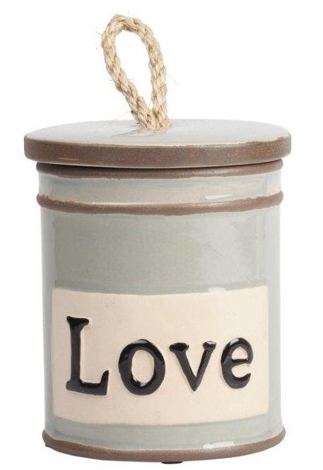 Емкость для хранения LoveКухонные принадлежности<br>Ёмкость для хранения Love — это оригинальный, <br>современный и стильный предмет декорирования <br>кухни, который непременно придется по вкусу <br>каждой хозяйке. Банка имеет весьма простую <br>форму, однако детали — надпись на поверхности <br>Love (Любовь) и ручка на крышке из бечевки <br>— придают особый шарм аксессуару. Ёмкость <br>идеально подходит как для украшения помещения, <br>так и для хранения сыпучих продуктов питания, <br>специй и круп.<br><br>Цвет: Коричневый, Бежевый<br>Материал: Керамика<br>Вес кг: 0,9<br>Длина см: 13<br>Ширина см: 13<br>Высота см: 15