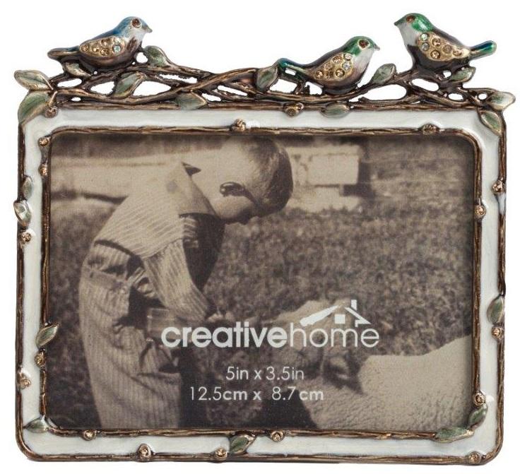 Рамка для фото InfanciaФоторамки<br>Сохранить ваши лучшие воспоминания и украсить <br>ими ваш дом вам поможет рамка для фото Infancia. <br>Это изысканный элемент декора, который <br>поражает своей утонченностью и оригинальностью. <br>Вашу фотографию словно обрамляет веточка <br>с листьями, на которой сидят очаровательные <br>цветные птички. Аксессуар будет удачно <br>смотреться как в гостиной или спальне, так <br>и в детской комнате.<br><br>Цвет: Серебро<br>Материал: Металл<br>Вес кг: 0,2<br>Длина см: 18<br>Ширина см: 1,5<br>Высота см: 13