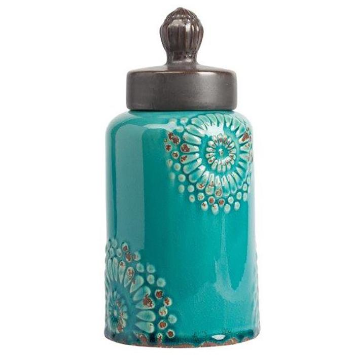 Декоративная банка Menhindi МаленькаяКухонные принадлежности<br>Декоративная банка Menhindi Piccolo — это изысканная <br>ёмкость, выполненная в модном стиле Прованс: <br>изготовлена из керамики, по всей поверхности <br>имеет искусственные потертости, неброский <br>зелёный цвет и незамысловатая лепка в виде <br>цветов на боках аксессуара. В такой банке <br>вы сможете хранить сыпучие продукты питания <br>или просто нужные безделушки.<br><br>Цвет: Голубой<br>Материал: Грубая керамика<br>Вес кг: 1,1<br>Длина см: 12,7<br>Ширина см: 12,7<br>Высота см: 27