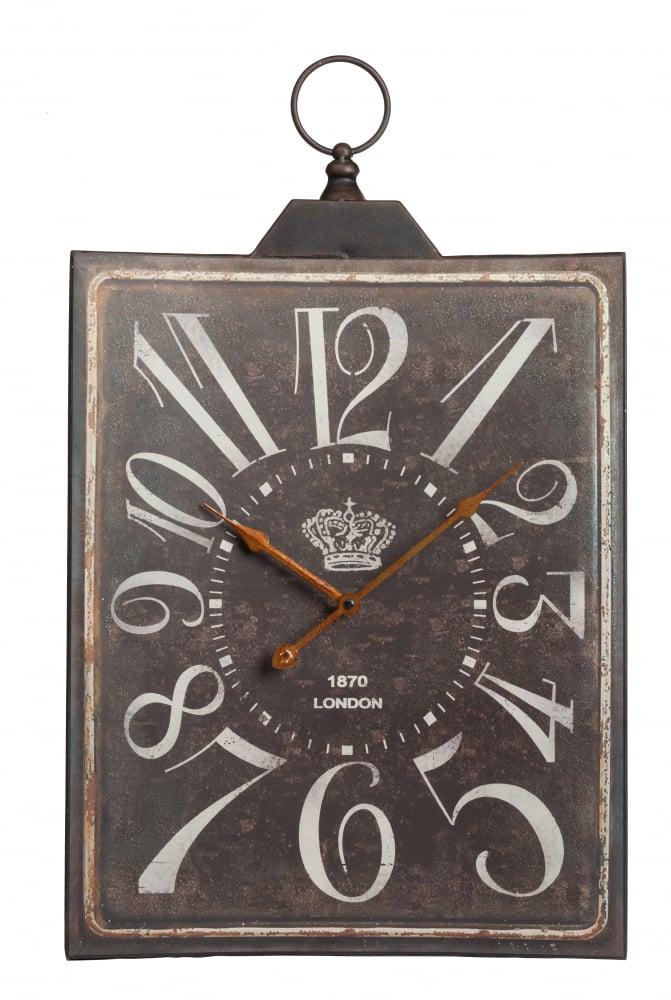 Настенные часы Nelson DG-HOME Настенные часы Nelson — прямоугольные, на  немного состаренном металлическом циферблате  крупно прописаны изящные цифры, изображена  корона и год выпуска «1870 Лондон». Все это  говорит о том, что часы стилизованы под  старину, в стиле «Шебби-шик» — Потертый  лоск. Наличие потертостей и сколов на поверхности,  как правило, не является большим изъяном.  Именно эти «следы времени» выделяют винтажные  предметы среди других в интерьере.