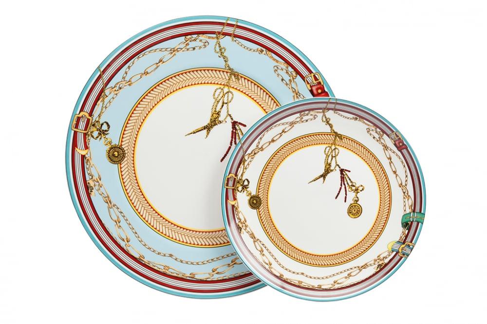 Комплект тарелок Veluche DG-HOME Комплект тарелок Veluche выполнен из костяного  фарфора. Края тарелок декорированы орнаментом  смешанного типа в ярких тонах. Особое очарование  комплекту тарелок придает окаймление золотым  орнаментом безупречно-белого дна тарелки.