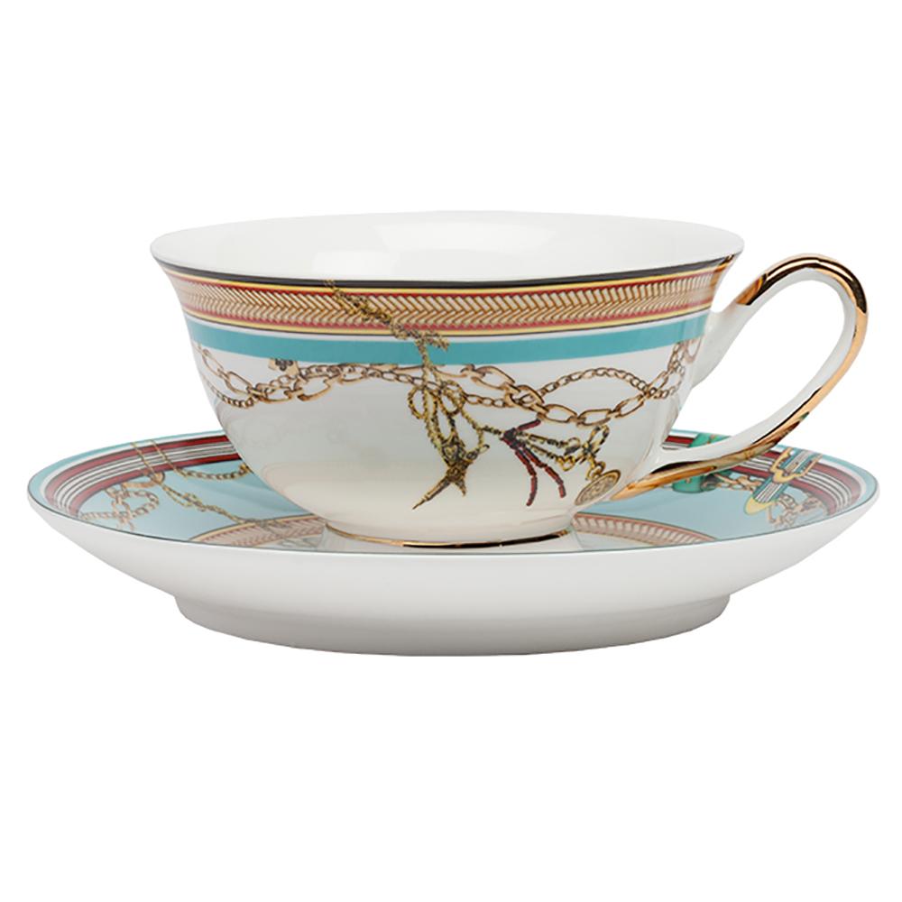 Чайная пара VelucheЧайные пары<br>Комбинация изысканного костяного фарфора <br>с эксклюзивной дизайнерской росписью создаёт <br>непередаваемый колорит и внешний шик чайной <br>пары Veluche. Рисунок цепей, подвески, необычное <br>сочетание голубого, бордового и желтого <br>цвета подарит приятные эмоции от чаепития <br>в любое время года. В данной коллекции также <br>представлен сервиз и комплект тарелок.<br><br>Цвет: Голубой, Белый, Золото<br>Материал: Костяной фарфор<br>Вес кг: 0,4<br>Длина см: 9<br>Ширина см: 9<br>Высота см: 5,5
