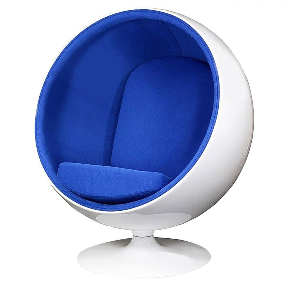 Кресло Eero Ball Chair Синяя Шерсть DG-HOME Кресло-шар, или Ball Chair, или же Globe Chair было  создано финским дизайнером Ээро Аарнио  (Eero Aarnio) еще в 1963 году. Оно моментально привлекло  внимание органичным сочетанием экстравагантной  формы и максимальным комфортом уединения.  В современной интерпретации Ball Chair — это  комфортабельный кокон с возможностью встраивания  телефона и аудио-колонок, позволяющий слушать  в нем любимую музыку, читать, работать или  же просто релаксировать. Каркас кресла  изготовлен из стекловолокна. Звукоизоляция  обеспечивается использованием пенообразного  наполнителя. Благодаря прочной металлической  ножке с вращающимся основанием есть возможность  вращения вокруг своей оси на 360 градусов.  Обивка выполнена из контрастирующих с основным  белым цветом шерстяных подушек ярких цетов.  В каталоге нашего магазина представлена  реплика знаменитого кресла-шара в разных  вариантах цвета. Купите кресло-шар Ball Chair  — и ваше стремление к комфорту будет в высшей  степени реализовано!