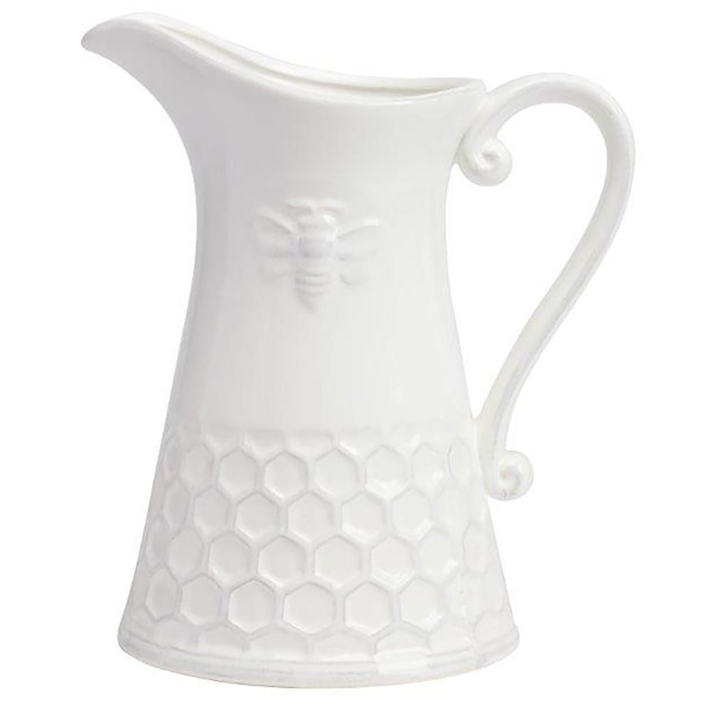 Кувшин LabelaКухонные принадлежности<br>Элегантный керамический белый кувшин классической <br>формы с декором в виде пчелы и медовых сотов, <br>подарит вам эстетическое наслаждение и <br>позитивный настрой. Несмотря на минимальный <br>декор, он выглядит очень элегантно и вполне <br>подойдет для украшения гостиной, кухни <br>и дачного стола. Кувшин можно приобрести <br>отдельно или в дополнение к другим предметам <br>коллекции.<br><br>Цвет: Белый<br>Материал: Керамика<br>Вес кг: 0,8<br>Длина см: 20<br>Ширина см: 14<br>Высота см: 23
