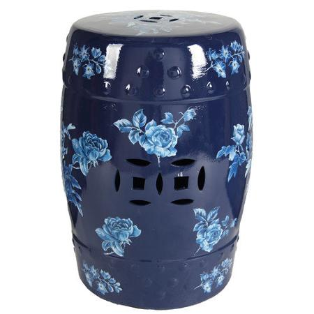 Керамический столик-табурет Garden Stool Belliza DG-HOME Керамический столик-табурет Garden Stool Belliza  — креативный предмет интерьера, он покрыт  глазурью и декорирован голубыми розами.  Такой аксессуар может пригодиться как столик,  табурет и как изящный, необычный предмет  декора. Столик-табурет сделан в виде бочонка  из грубой керамики. Незаурядный предмет  интерьера, который подчеркнет креативность  его хозяев.