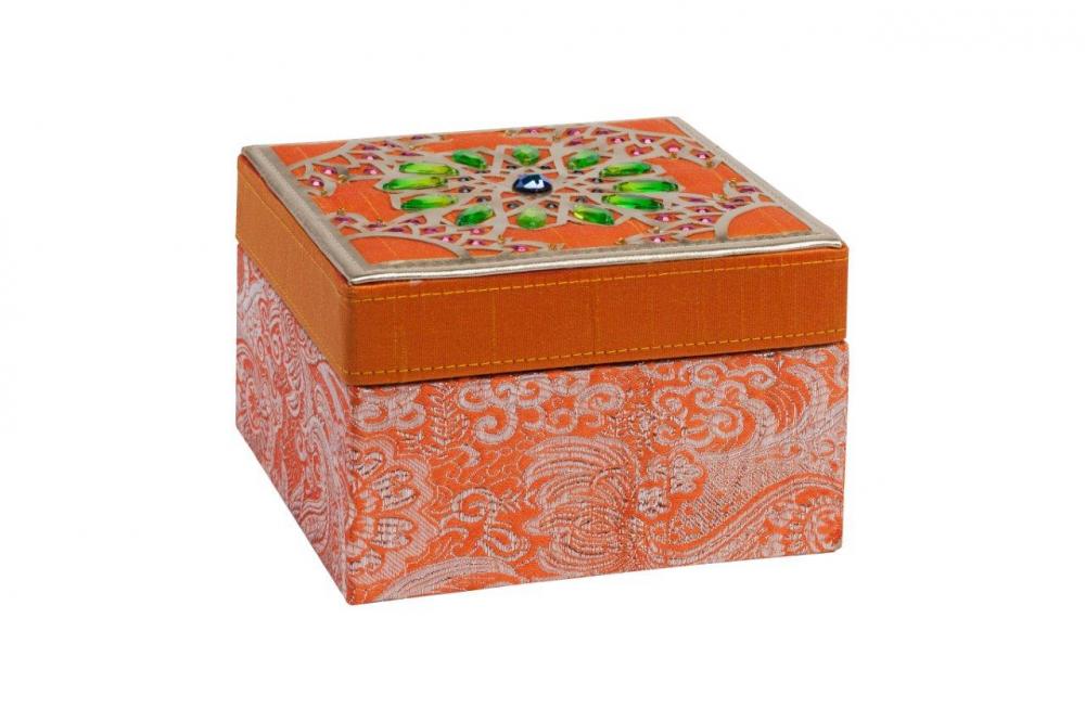 Декоративная шкатулка Blossom OrangeШкатулки и подставки для украшений<br>Декоративная шкатулка Blossom изготовлена <br>из дерева, покрыта оранжевой тканью с рисунком. <br>Крышка шкатулки инкрустирована камнями <br>изумрудного цвета в восточном стиле. Инкрустация <br>гармонично сочетается с цветом ткани. По <br>периметру крышки — окаймление золотого <br>цвета. Поверхность крышки придаёт шкатулки <br>дорогой и оригинальный вид. Приобретите <br>шкатулку в качестве подарка.<br><br>Цвет: Оранжевый, Зелёный, Золото<br>Материал: Дерево, Ткань<br>Вес кг: 0,4<br>Длина см: 15<br>Ширина см: 15<br>Высота см: 10