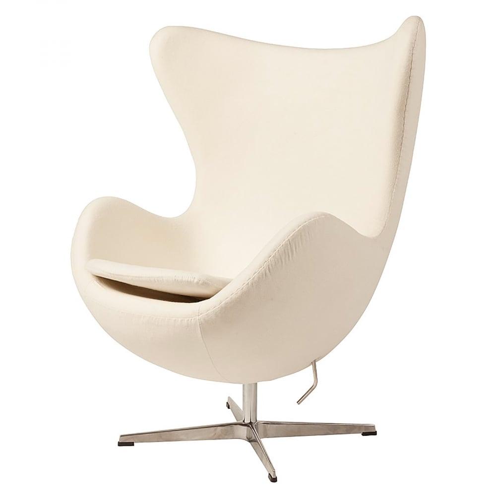Кресло Egg Chair Кремовое 100% КашемирКресла<br>Кресло Egg Chair (Яйцо) было создано в 1958 году <br>датским дизайнером Арне Якобсеном специально <br>для интерьеров отеля Radisson SAS в Копенгагене. <br>Кресло обладает исключительной привлекательностью <br>и узнаваемостью во всем мире, занимает особое <br>место в ряду культовой дизайнерской мебели <br>XX века. Оно имеет экстравагантную форму, <br>что позволило ему стать совершенным воплощением <br>классики нового времени. Кресло Egg Chair, выполненное <br>в форме яйца, обтянутого 100% кашемировой <br>тканью кремового цвета, подарит огромное <br>множество положительных эмоций и заставляет <br>обращать на него внимание. Оно непременно <br>задаёт основу для дизайна того или иного <br>помещения. Прочный и массивный каркас гарантирует <br>долгий срок службы и устойчивость. Данное <br>кресло — это поистине не стареющая классика <br>в футуристическом исполнении! Купите великолепную <br>реплику кресла Egg Chair — изготовленное из <br>высококачественных материалов, оно понравится <br>многим любителям нестандартного видения <br>обыденных и, притом, качественных вещей.<br><br>Цвет: Кремовый<br>Материал: Кашемир, Металл<br>Вес кг: 37<br>Длина см: 82<br>Ширина см: 76<br>Высота см: 105