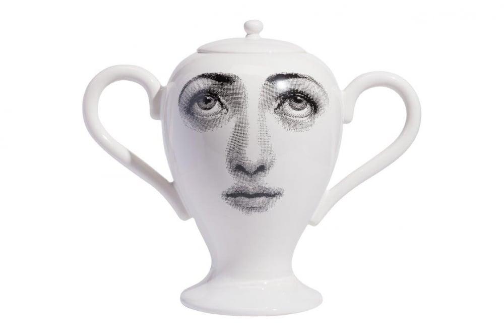 Декоративная ваза с крышкой Пьеро Форназетти  Giara Lidded White II DG-HOME Белая фарфоровая декоративная ваза с крышкой  Giara Lidded II элегантно разместится на полке.  Ваза закрывается крышкой, бросаются в глаза  две большие ручки. Самое примечательное  в дизайне вазы Giara Lidded — рисунок в виде женского  лица с одним прищуренным глазом. Аксессуар  создан под вдохновением творчества итальянского  художника Пьеро Форназетти (Piero Fornasetti) и  его коллекции «Лица», посвященной талантливой  актрисе Лине Кавальери. Украсьте им любую  полку или тумбу, и комната необычайно преобразится.