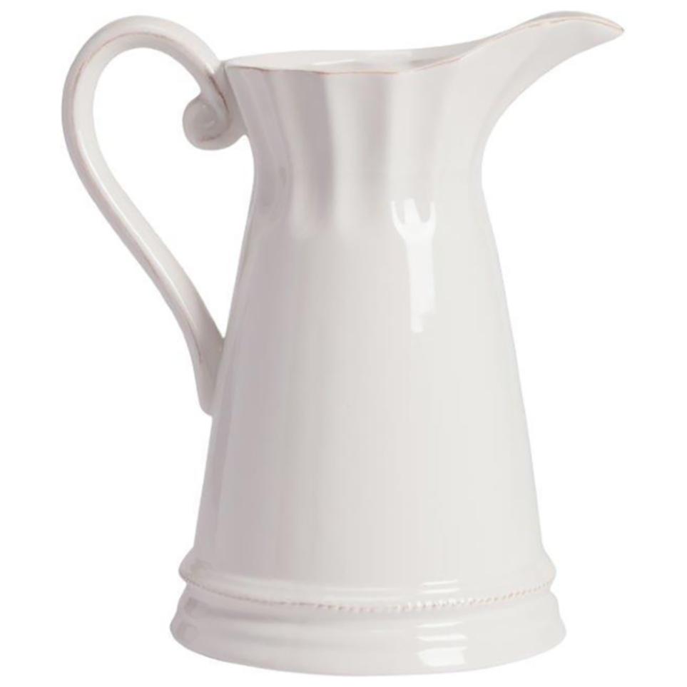 Кувшин PrimerКухонные принадлежности<br>Элегантный керамический белый кувшин классической <br>формы с декором в виде тонких линий, подчеркивающих <br>его силуэт, подарит вам эстетическое наслаждение <br>и позитивный настрой. Несмотря на минимальный <br>декор, он выглядит очень элегантно и вполне <br>подойдет для украшения гостиной, кухни <br>и дачного стола. Кувшин можно приобрести <br>отдельно или в дополнение к другим предметам <br>коллекции.<br><br>Цвет: Белый<br>Материал: Керамика<br>Вес кг: 1<br>Длина см: 21,59<br>Ширина см: 15,24<br>Высота см: 22,86