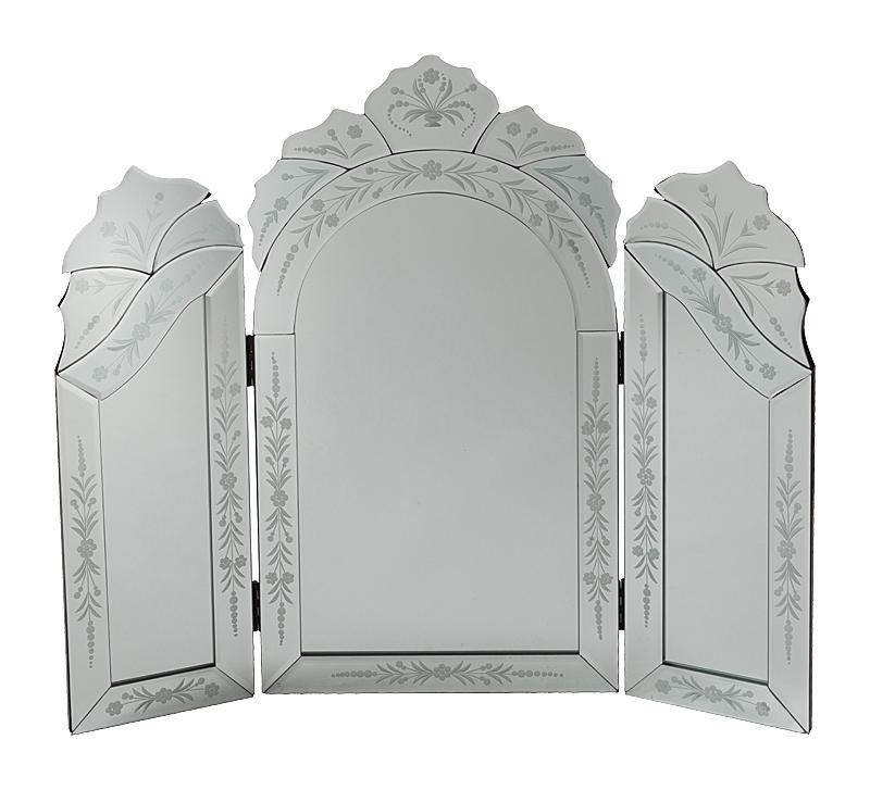 Зеркало PanopyЗеркала<br>Трехстворчатое зеркало-трюмо Margaux — стильный <br>предмет декора интерьера и безусловное <br>его украшение. Оно будет удачно смотреться <br>как в комнате с модной зеркальной мебелью, <br>так и в любой другой обстановке. Изысканная <br>рама, украшенная очаровательными растительными <br>рисунками придает аксессуару неповторимый <br>и роскошный вид. Представьте себя перед <br>этим роскошным зеркалом — и вы почувствуете, <br>что оно обязательно должно быть в вашем <br>доме. Сделайте себе — любимой — подарок!<br><br>Цвет: Зеркальный<br>Материал: МДФ, Зеркало<br>Вес кг: 8,5<br>Длина см: 63<br>Ширина см: 2,5<br>Высота см: 73