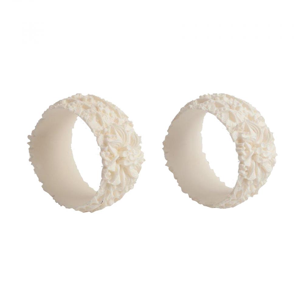 Набор из 2 колец для салфеток DonnagrecaКухонные принадлежности<br>Кольца для салфеток — важный атрибут праздничной <br>сервировки. На торжественных обедах на <br>столе, как правило, лежат полотняные салфетки, <br>которые используют для защиты одежды и <br>для промокания губ. При праздничной сервировке <br>салфетки вставляются в кольца — это хороший <br>тон, красиво и удобно. Набор Donnagreca состоит <br>из двух оригинальных колец для салфеток, <br>выполненных с простотой и изяществом, станет <br>замечательной деталью сервировки и великолепным <br>украшением праздничного стола.<br><br>Цвет: Белый<br>Материал: None<br>Вес кг: 0,4<br>Длина см: 4<br>Ширина см: 4<br>Высота см: 2,5