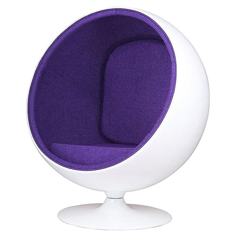 Кресло Eero Ball Chair Бело-фиолетовое Шерсть DG-HOME Кресло-шар, или Ball Chair, или же Globe Chair было  создано финским дизайнером Ээро Аарнио  (Eero Aarnio) еще в 1963 году. Оно моментально привлекло  внимание органичным сочетанием экстравагантной  формы и максимальным комфортом уединения.  В современной интерпретации Ball Chair — это  комфортабельный кокон с возможностью встраивания  телефона и аудио-колонок, позволяющий слушать  в нем любимую музыку, читать, работать или  же просто релаксировать. Каркас кресла  изготовлен из стеклопластика. Звукоизоляция  обеспечивается использованием пенообразного  наполнителя. Благодаря прочной металлической  ножке с вращающимся основанием есть возможность  вращения вокруг своей оси на 360 градусов.  Обивка выполнена из контрастирующих с основным  белым цветом шерстяных подушек ярких цетов.  В каталоге нашего магазина представлена  реплика знаменитого кресла-шара в разных  вариантах цвета. Купите кресло-шар Ball Chair  — и ваше стремление к комфорту будет в высшей  степени реализовано!