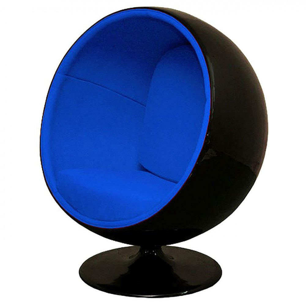 Кресло Eero Ball Chair Черно-синее Шерсть DG-HOME Кресло-шар, или Ball Chair, или же Globe Chair было  создано финским дизайнером Ээро Аарнио  (Eero Aarnio) еще в 1963 году. Оно моментально привлекло  внимание органичным сочетанием экстравагантной  формы и максимальным комфортом уединения.  В современной интерпретации Ball Chair — это  комфортабельный кокон с возможностью встраивания  телефона и аудио-колонок, позволяющий слушать  в нем любимую музыку, читать, работать или  же просто релаксировать. Каркас кресла  изготовлен из стеклопластика. Звукоизоляция  обеспечивается использованием пенообразного  наполнителя. Благодаря прочной металлической  ножке с вращающимся основанием есть возможность  вращения вокруг своей оси на 360 градусов.  Обивка выполнена из контрастирующих с основным  белым цветом шерстяных подушек ярких цетов.  В каталоге нашего магазина представлена  реплика знаменитого кресла-шара в разных  вариантах цвета. Купите кресло-шар Ball Chair  — и ваше стремление к комфорту будет в высшей  степени реализовано!