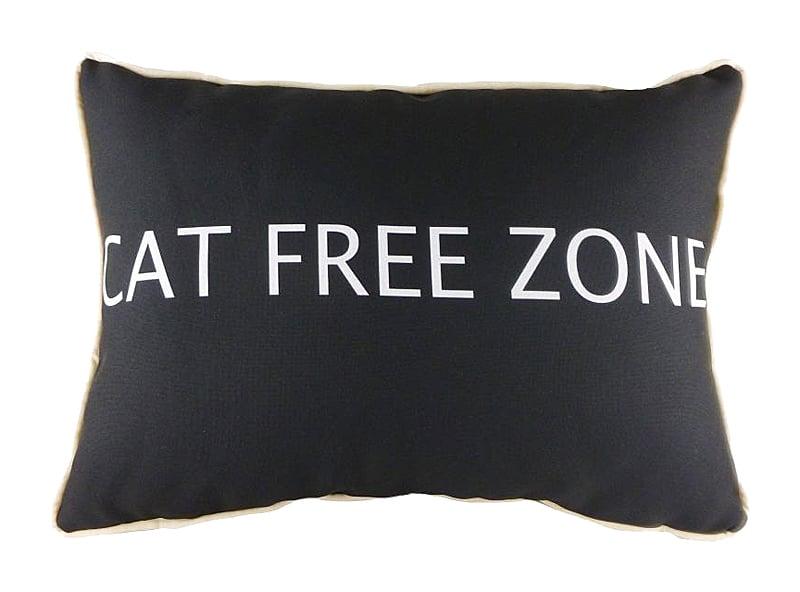 Подушка с надписью Cat Free ZoneПодушки<br>Кошки — чудесные животные. Они гибкие и <br>грациозные, нежные и мягкие. И очень любят <br>спать на хозяйских подушках. Предупреждение: <br>подушка CAT FREE ZONE только для хозяев! Объясните <br>это своему питомцу, но не слишком доверяйте <br>его послушанию. Ведь наша подушка такая <br>мягкая и уютная, что вам придется сражаться <br>с желающими на нее прилечь.<br><br>Цвет: Чёрный<br>Материал: Полиэстер<br>Вес кг: 0,5<br>Длина см: 46<br>Ширина см: 33<br>Высота см: 6