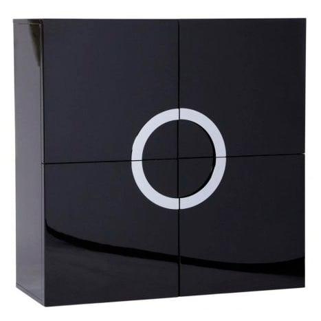 Комод Lotus Черный Лак DG-HOME Одновременно вместительный и стильный,  комод Lotus будет отличным дополнением для  интерьера в стиле хай-тек, особенно хорошо  он будет смотреться в сочетании с бытовой  техникой: большим плазменным телевизором,  аудиосистемой, колонками. В этом комоде  — четыре отделения. Он выполнен из дерева  чёрного цвета, имеет квадратный фасад с  четырьмя дверцами, а посередине расположены  ручки из хромированного металла, соединенные  в круг. Такое сочетание форм и цветов смотрится  одновременно просто, и в то же время необычно,  привлекает внимание.