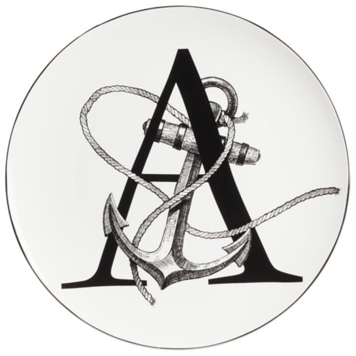 Тарелка Alfabeto AТарелки<br>Уникальная тарелка Alfabeto A изготовлена из <br>высококачественного белого фарфора. По <br>краю тарелки проходит тонкая окантовка, <br>дно украшено оригинальным рисунком в виде <br>буквы А, переплетённой с великолепно прорисованным <br>морским якорем и канатом. Тарелка декорирована <br>весьма элегантно и заслуживает внимания <br>покупателей.<br><br>Цвет: Белый, Чёрный<br>Материал: Костяной фарфор<br>Вес кг: 0,2<br>Длина см: 25,4<br>Ширина см: 25,4<br>Высота см: 1