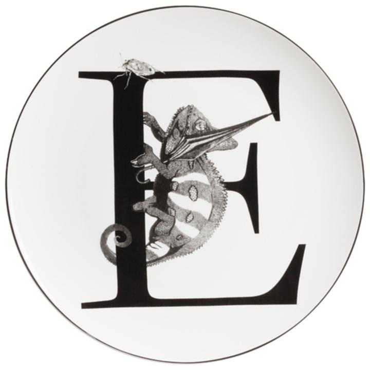 Тарелка Alfabeto EТарелки<br>Уникальная тарелка Alfabeto E изготовлена из <br>высококачественного белого фарфора. По <br>краю тарелки проходит тонкая окантовка, <br>дно украшено оригинальным рисунком в виде <br>буквы E, с великолепно прорисованным хамелеоном, <br>ползущим по ней за добычей. Тарелка декорирована <br>весьма элегантно и заслуживает внимания <br>покупателей.<br><br>Цвет: Белый, Чёрный<br>Материал: Костяной фарфор<br>Вес кг: 0,2<br>Длина см: 25,4<br>Ширина см: 25,4<br>Высота см: 1