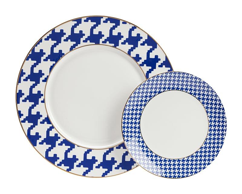 Комплект тарелок FechoКомплекты тарелок<br>Комплект тарелок Fecho выполнен из костяного <br>фарфора. Тарелки легкие и изящные, украшенные <br>затейливым орнаментом, их не заметить невозможно. <br>Они украсят ваш стол, а блюда, поданные в <br>них, будут необыкновенно вкусными. Ведь <br>ещё наши предки начали украшать емкости <br>для еды, которые сейчас называются тарелками, <br>рисунками, узорами и орнаментами. Комплект <br>тарелок Fecho великолепно подойдет для украшения <br>многих интерьеров, в тематических морских, <br>этнических и элегантных современных пространствах <br>они будут смотреться безупречно.<br><br>Цвет: Синий<br>Материал: Костяной фарфор<br>Вес кг: 0,7<br>Длина см: 27<br>Ширина см: 27<br>Высота см: 1