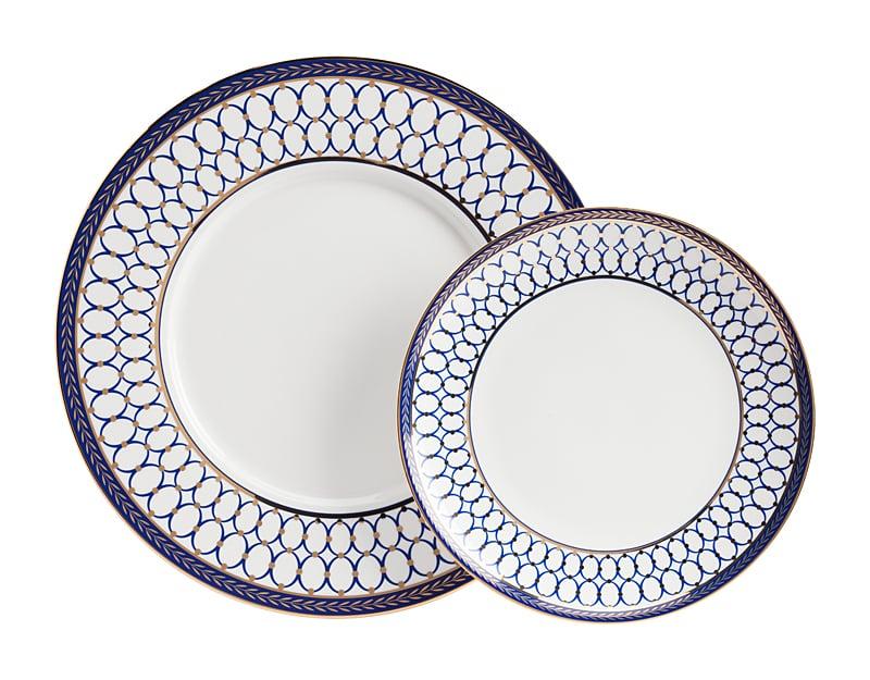 Комплект тарелок Gift DG-HOME Комплект фарфоровых тарелок Gift станет  отличным украшением для вашего стола, а  возможно, и фамильной реликвией. Все предметы  выполнены из белоснежного костяного фарфора,  имеют тонкую золотистую окантовку и украшены  изысканным синим орнаментом в стиле модерн.  Комплект тарелок Gift послужит хорошим подарком,  особенно, если в дополнение к нему приобрести  в нашем интернет-магазине другие предметы  посуды из этой же коллекции. Размеры: большая  тарелка диаметр 27,5 см; малая тарелка диаметр  20 см.