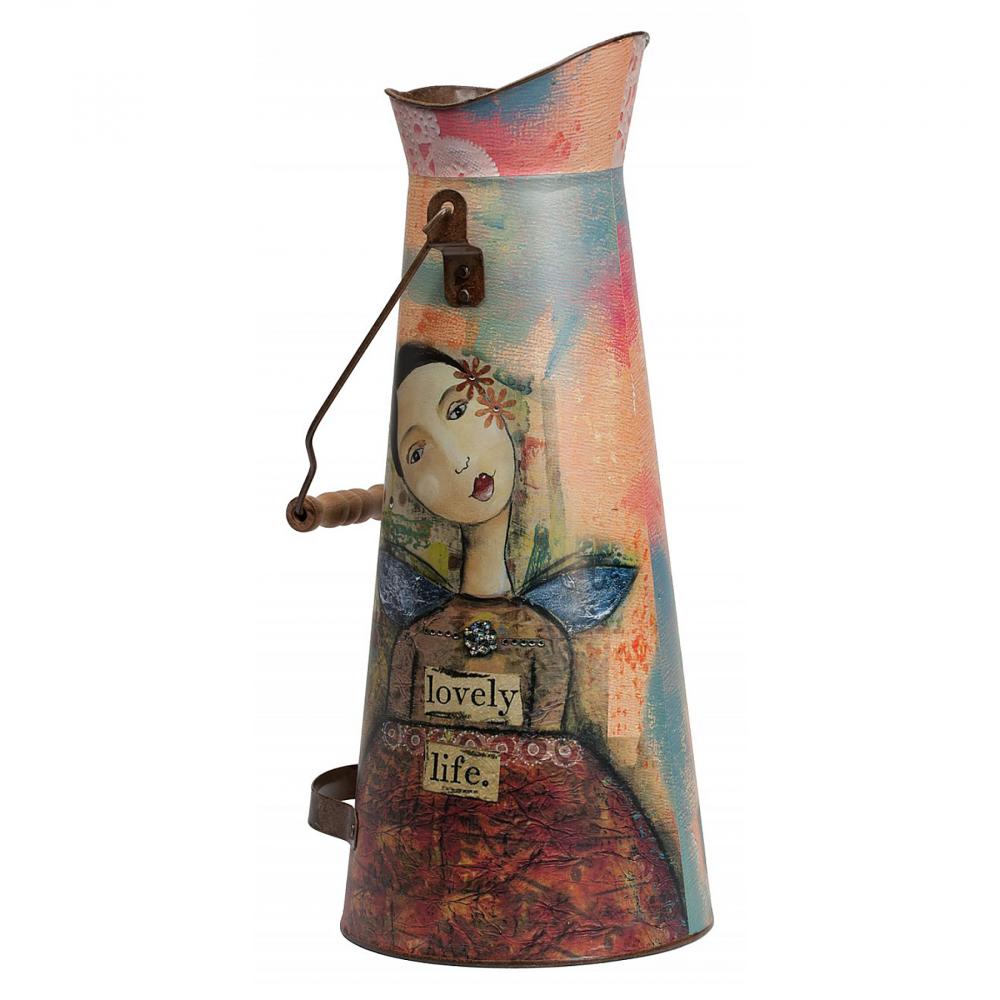 Декоративный кувшин Kelly Moor DG-HOME Дом можно декорировать не только настенными  панно или статуэтками. Можно украшать интерьер  изящными вазами. Или необычными лейками  и кувшинами! Кувшин Kelly Moor как раз из таких  — поистине яркий представитель декоративного  искусства. Кувшин объемом 3 л выполнен из  олова. В высоту достигает 43,5 см, диаметр  горлышка 12 см, диаметр дна 18,5 см. Также есть  две металлические ручки для удобства. Рисунок  на вещице будет интересно разглядывать  со всех сторон: издали он покажется простым,  но, приглядевшись, можно отыскать много  интересного. Сюда можно не просто ставить  цветы, или поливать их — вы можете применить  свое воображение и придумать необычное  решение. Дизайнерское изображение девушки  придется по вкусу многим. Этот декоративный  кувшин может стать оригинальным подарком.  С таким предметом интерьер приобретет летнее  настроение и уют.