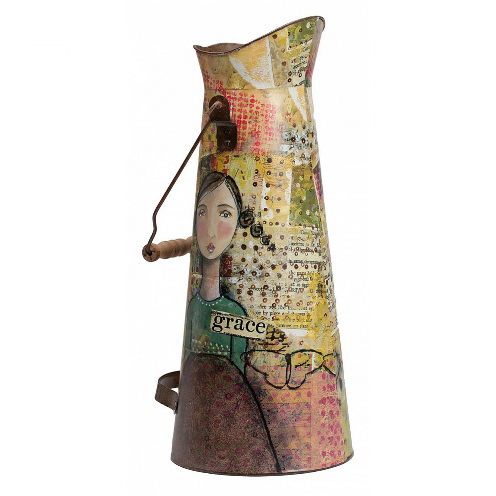 Декоративный кувшин Kelly Posh DG-HOME Дом можно декорировать не только настенными  панно или статуэтками. Можно украшать интерьер  изящными вазами. Или необычными лейками  и кувшинами! Кувшин Kelly Posh как раз из таких  — поистине яркий представитель декоративного  искусства. Кувшин объемом 3 л выполнен из  олова. В высоту достигает 43,5 см, диаметр  горлышка 12 см, диаметр дна 18,5 см. Также есть  две металлические ручки для удобства. Рисунок  на вещице будет интересно разглядывать  со всех сторон: издали он покажется просто  желтым, но, приглядевшись, можно отыскать  много интересного. Сюда можно не просто  ставить цветы, или поливать их — вы можете  применить свое воображение и придумать  необычное решение. Дизайнерское изображение  девушки придется по вкусу многим. Этот декоративный  кувшин может стать оригинальным подарком.  С таким предметом интерьер приобретет летнее  настроение и уют.