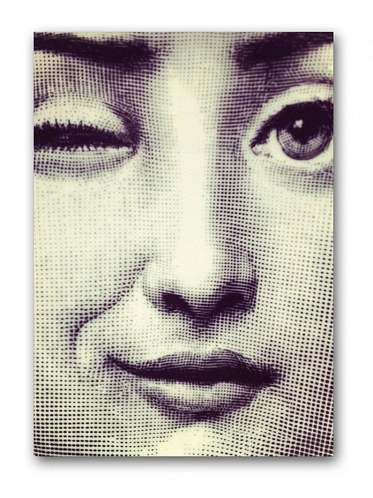 Постер Fornasetti wink А3Постеры<br>Кажется, эта женщина повсюду: на тарелках, <br>обоях, столах, тканях… Меняется только <br>сюжеты, выражение лица, но женщина — все <br>та же. Конечно же, это Лина Кавальери — оперная <br>дива XIX века, чей портрет Пьеро Форназетти <br>лишь однажды увидел на страницах журнала <br>и повторил в разных вариациях бесчисленное <br>количество раз. На этом оригинальном постере <br>Лина загадочно подмигивает нам, словно <br>обещая рассказать о чём-то очень сокровенном. <br>Хотите узнать о чём? Купите этот постер <br>в нашем интернет-магазине — он станет прекрасным <br>украшением интерьера и замечательным подарком <br>поклонникам творчества маэстро Форназетти. <br>Размер А4 (210x297 мм). Рамки белого, чёрного, <br>серебряного, золотого цветов. Выбирайте!<br><br>Цвет: Серый<br>Материал: Бумага<br>Вес кг: 0,4<br>Длина см: 40<br>Ширина см: 30