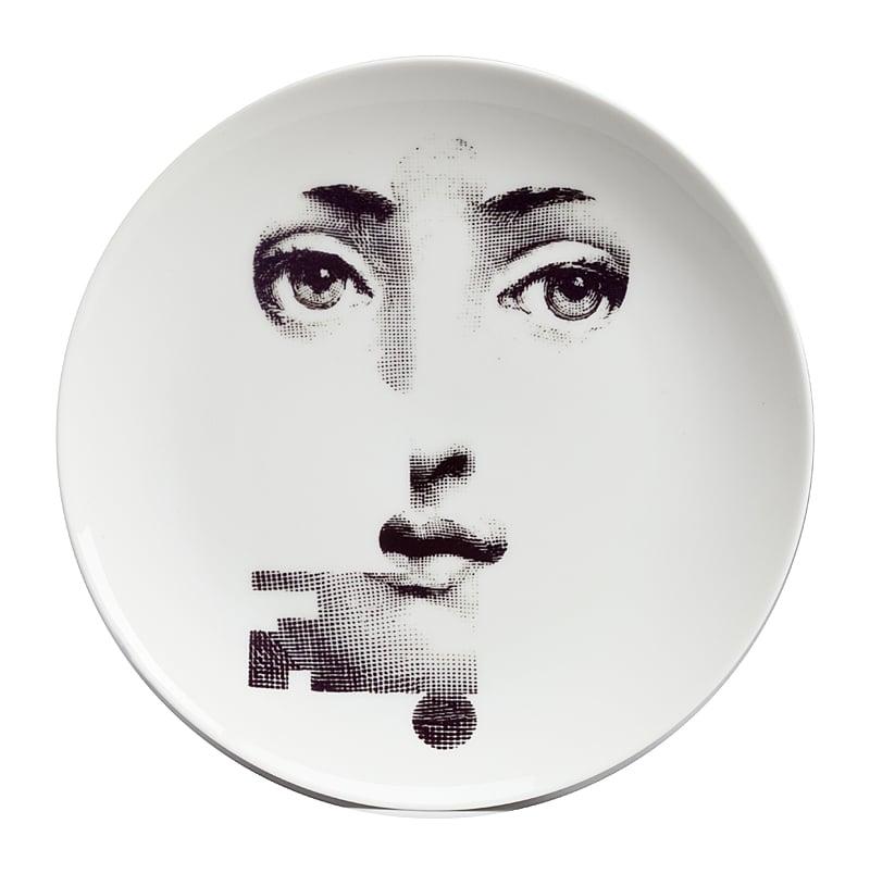 Настенная тарелка Пьеро Форназетти KeyДекоративные тарелки<br>Настенная тарелка Форназетти Key, созданная <br>под вдохновением творчества великого итальянского <br>художника Пьеро Форназетти (Piero Fornasetti) (его <br>коллекции «Лица») и посвященная талантливой <br>актрисе Лине Кавальери, непременно украсит <br>вашу кухню или сервант в гостиной. Аксессуар <br>идеально впишется как в современный, так <br>и в классический интерьер, добавляя в него <br>шик, роскошь и некое очарование. Тарелка <br>также может стать превосходным подарком <br>близкому человеку.<br><br>Цвет: Белый<br>Материал: Фарфор, Металл<br>Вес кг: 0,6<br>Длина см: 20,5<br>Ширина см: 2<br>Высота см: 20,5