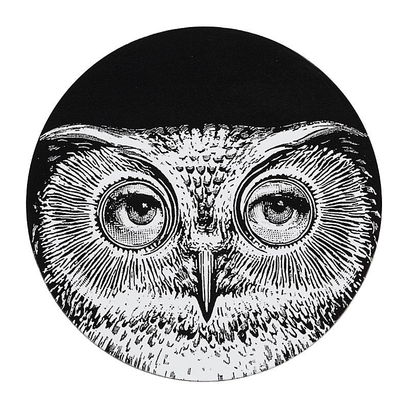 Подставка под горячее Пьеро Форназетти Сервировка стола<br>Подставка под горячее Пьеро Форназетти <br>Owl — это необходимое дополнение для сервировки <br>вашего стола, которое непременно добавит <br>яркости, роскоши и шика любой трапезе. Аксессуар <br>из дерева и МДФ создан под вдохновением <br>творчества великого итальянского художника <br>Пьерро Форназетти (Piero Fornasetti) и его серии <br>«Лица», посвященной талантливой актрисе <br>Лине Кавальерри. Такой дизайн и цветовое <br>решение не оставит равнодушным ни одного <br>ценителя прекрасного, станет превосходным <br>подарком почитателю предметов декора и <br>аксессуаров от знаменитого дизайнера.<br><br>Цвет: Чёрный<br>Материал: Дерево, МДФ<br>Вес кг: 0,5<br>Длина см: 9<br>Ширина см: 9<br>Высота см: 0,3