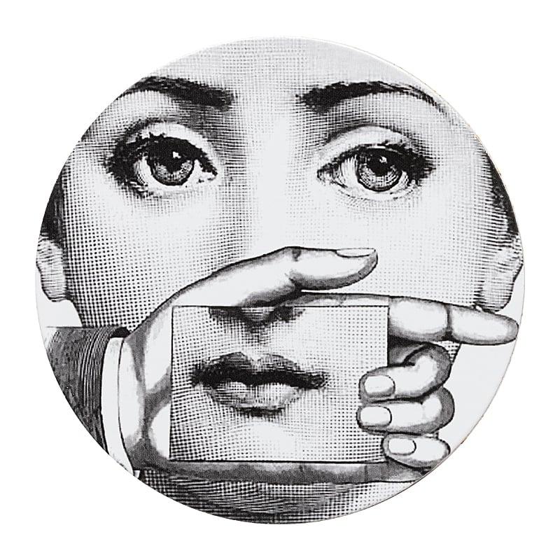 Подставка под горячее Пьеро Форназетти Сервировка стола<br>Подставка под горячее Пьеро Форназетти <br>Gesture — это необходимое дополнение для сервировки <br>вашего стола, которое непременно добавит <br>яркости, роскоши и шика любой трапезе. Аксессуар <br>из дерева и МДФ создан под вдохновением <br>творчества великого итальянского художника <br>Пьерро Форназетти (Piero Fornasetti) и его серии <br>«Лица», посвященной талантливой актрисе <br>Лине Кавальерри. Такой дизайн и цветовое <br>решение не оставит равнодушным ни одного <br>ценителя прекрасного, станет превосходным <br>подарком почитателю предметов декора и <br>аксессуаров от знаменитого дизайнера.<br><br>Цвет: Белый<br>Материал: Дерево, МДФ<br>Вес кг: 0,5<br>Длина см: 9<br>Ширина см: 9<br>Высота см: 0,3