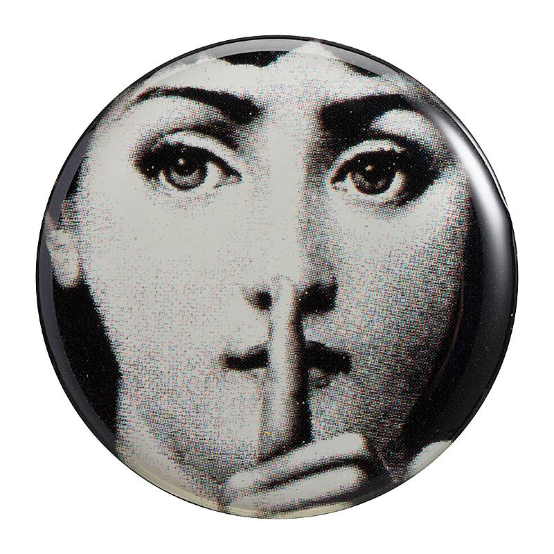Магнитик Пьеро Форназетти SilenceДекор для дома<br>Сувенирный магнитик Форназетти Silence, созданный <br>под вдохновением творчества великого итальянского <br>художника Пьеро Форназетти (Piero Fornasetti) (его <br>коллекции «Лица») и посвященный талантливой <br>актрисе Лине Кавальери, непременно займет <br>достойное место в коллекции на вашем холодильнике. <br>Магнитик станет превосходным подарком <br>почитателю предметов декора и аксессуаров <br>от знаменитого дизайнера.<br><br>Цвет: Чёрный<br>Материал: Магнит<br>Вес кг: 0,1<br>Длина см: 3<br>Ширина см: 0,2<br>Высота см: 3