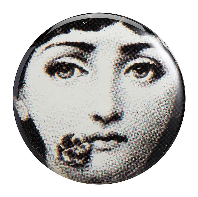 Магнитик Пьеро Форназетти Flower KissДекор для дома<br>Сувенирный магнитик Форназетти Flower Kiss, <br>созданный под вдохновением творчества <br>великого итальянского художника Пьеро <br>Форназетти (Piero Fornasetti) (его коллекции «Лица») <br>и посвященный талантливой актрисе Лине <br>Кавальери, непременно займет достойное <br>место в коллекции на вашем холодильнике. <br>Магнитик станет превосходным подарком <br>почитателю предметов декора и аксессуаров <br>от знаменитого дизайнера.<br><br>Цвет: Чёрный<br>Материал: Магнит<br>Вес кг: 0,1<br>Длина см: 3<br>Ширина см: 0,2<br>Высота см: 3