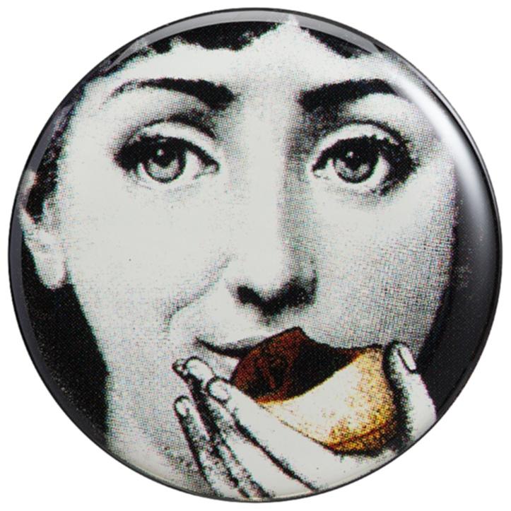 Магнитик Пьеро Форназетти Delight, DG-D-1189Декор для дома<br>Сувенирный магнитик Форназетти Deligh, созданный <br>под вдохновением творчества великого итальянского <br>художника Пьеро Форназетти (Piero Fornasetti) (его <br>коллекции «Лица») и посвященный талантливой <br>актрисе Лине Кавальери, непременно займет <br>достойное место в коллекции на вашем холодильнике. <br>Магнитик станет превосходным подарком <br>почитателю предметов декора и аксессуаров <br>от знаменитого дизайнера.<br><br>Цвет: None<br>Материал: None<br>Вес кг: 0.1