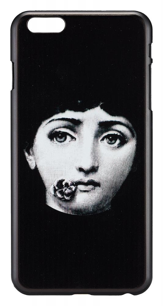 Чехол для iPhone 6 Plus/6S Plus Пьеро Форназетти Декор для дома<br>Рисунки известного итальянского дизайнера <br>Пьеро Форназетти — это мощный микс культурных <br>традиций и принципов сюрреализма. Неудержимое <br>творчество дизайнера и иллюстратора охватывало <br>все мыслимые и немыслимые предметы — от <br>стаканов, ваз и тарелок до зонтов, светильников <br>и предметов мебели. Лицо женщины стало самым <br>узнаваемым рисунком. Кстати, на создание <br>образа и дальнейших вариаций маэстро вдохновила <br>оперная дива Лина Кавальери. Теперь это <br>изображение добралось и до такого аксессуара <br>современного человека, как чехол для телефона. <br>На нашем сайте вы можете заказать чехол <br>для iPhone 6 Plus/6S Plus. Чехол выполнен из чёрного <br>пластика, на обороте изображена девушка <br>с глубокими грустными, но красивыми глазами <br>и фиалкой около губ. Отверстия для наушников, <br>камеры, кнопок громкости и выключения имеются. <br>Чехол не просто стильный за счёт чёрно-белой <br>гаммы, но и является отсылкой к сюрреализму <br>и творчеству итальянского художника.<br><br>Цвет: Чёрный<br>Материал: Пластик<br>Вес кг: 0,5<br>Длина см: 8<br>Ширина см: 0,6<br>Высота см: 16