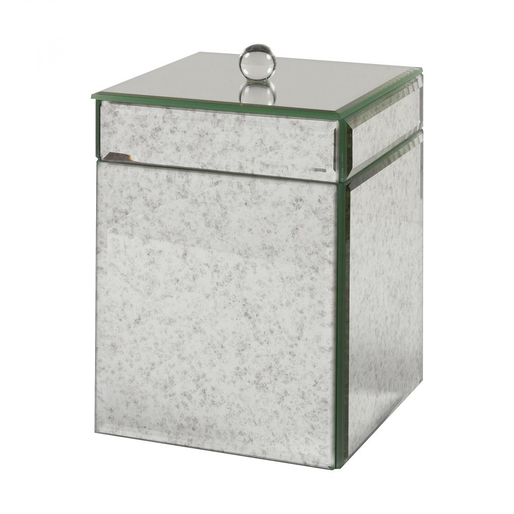 Зеркальный бокс для салфеток MontaubanСервировка стола<br>Чтобы не забыть о таких неприметных, на <br>первый взгляд, но важных на любой кухне <br>и столовой вещах, как салфетки — для них <br>лучше завести специальную ёмкость, откуда <br>моментально можно будет вытащить одну или <br>несколько в случае необходимости. Бокс <br>для салфеток Montauban отлично подойдёт для <br>вашего дома. Бокс выполнен из пластика и <br>зеркальной поверхности. Крышка-зеркало <br>с круглой ручкой легко открывается и представляет <br>собой ящичек, куда салфетки войдут в полном <br>объеме. Вещь сможет украсить и лофт-интерьер, <br>и современный.<br><br>Цвет: Зеркальный<br>Материал: Пластик, Зеркало<br>Вес кг: 0,35<br>Длина см: 13<br>Ширина см: 13<br>Высота см: 17