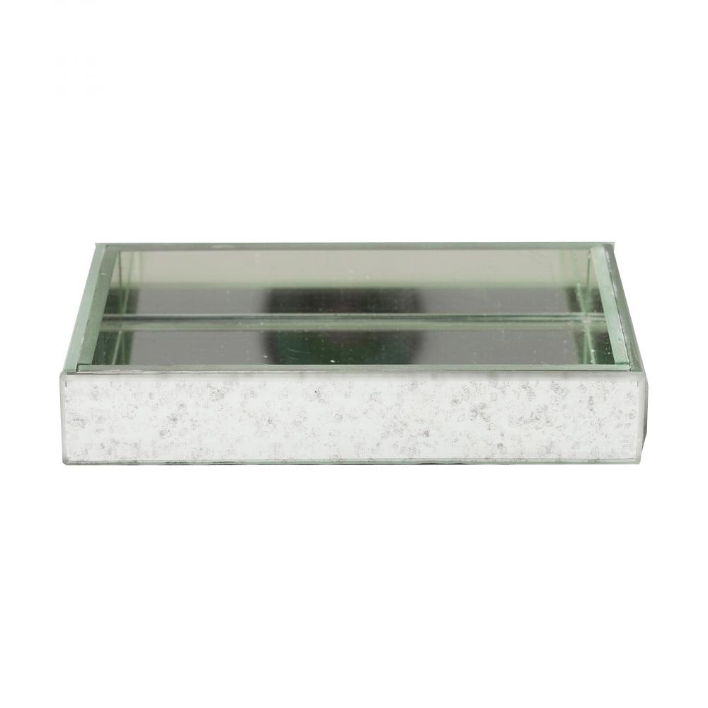 Подставка для мыла BondyАксессуары для ванной<br>Подставка для мыла Bondy — еще одно стильное <br>дополнение для вашей ванной комнаты. Выполненная <br>из пластика, мыльница прочно расположится <br>на любой поверхности. Зеркало внутри придаст <br>изысканности декоративного плана. Отличный <br>выбор для тех, кто любит практичность, строгость <br>форм, но предпочитает украшать свой дом, <br>начиная с деталей.<br><br>Цвет: Зеркальный<br>Материал: Пластик, Зеркало<br>Вес кг: 0,3<br>Длина см: 14,5<br>Ширина см: 9,5<br>Высота см: 2,5