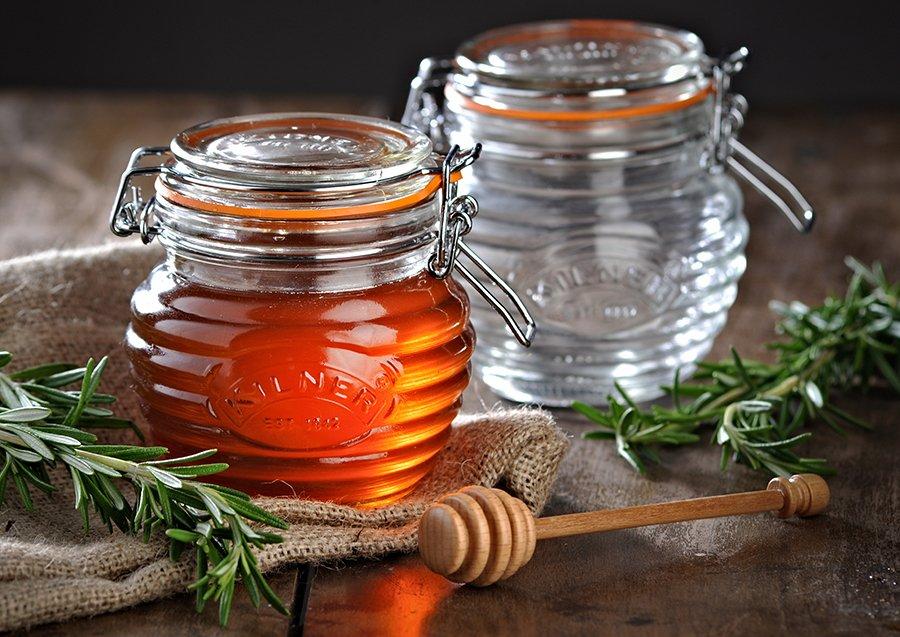мед в закрытой стеклянной баночке