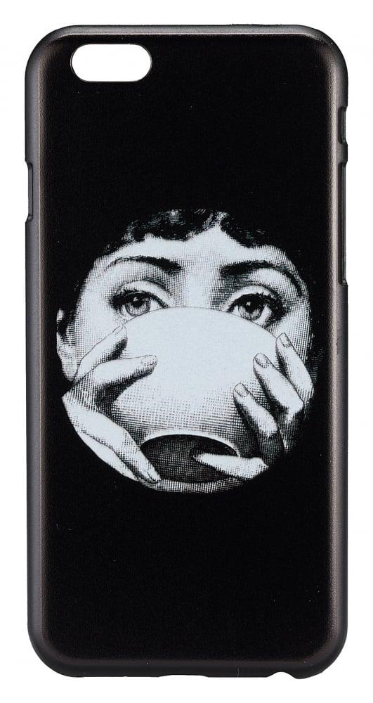 Чехол для iPhone 6 Plus/6S Plus Пьеро Форназетти Декор для дома<br>Рисунки известного итальянского дизайнера <br>Пьеро Форназетти — это мощный микс культурных <br>традиций и принципов сюрреализма. Неудержимое <br>творчество дизайнера и иллюстратора охватывало <br>все мыслимые и немыслимые предметы — от <br>стаканов, ваз и тарелок до зонтов, светильников <br>и предметов мебели. Лицо женщины стало самым <br>узнаваемым рисунком. Кстати, на создание <br>образа и дальнейших вариаций маэстро вдохновила <br>оперная дива Лина Кавальери. Теперь это <br>изображение добралось и до такого аксессуара <br>современного человека, как чехол для телефона. <br>На нашем сайте вы можете заказать чехол <br>для iPhone 6 Plus/6S Plus. Чехол выполнен из чёрного <br>пластика, на обороте изображена девушка, <br>пьющая из чашки. Отверстия для наушников, <br>камеры, кнопок громкости и выключения имеются. <br>Чехол не просто стильный за счёт чёрно-белой <br>гаммы, но и является отсылкой к сюрреализму <br>и творчеству итальянского художника.<br><br>Цвет: Чёрный<br>Материал: Пластик<br>Вес кг: 0,5<br>Длина см: 8<br>Ширина см: 0,6<br>Высота см: 16